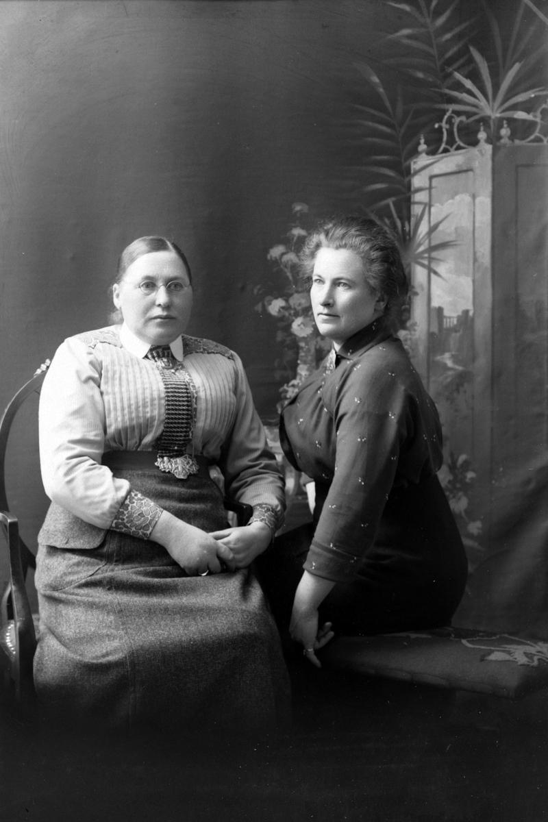 Studioportrett av Anna Bertheussen og Gunhild Talgø.