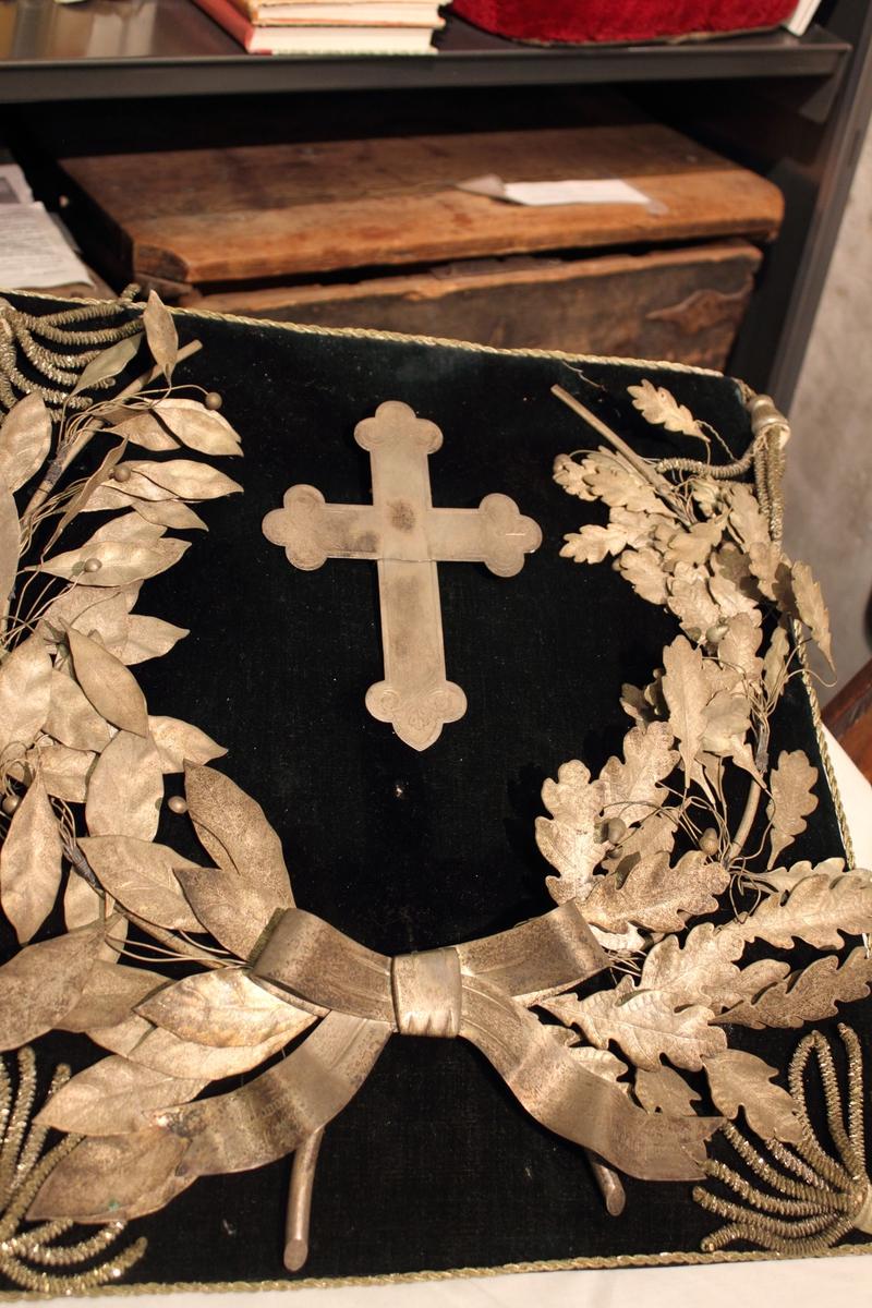 En plate dekket med sort fløyel og dekorert med bladkrans i sølv. Denne var funnet på loftet i Valle kirke av kirkesekretær Siri Risdal.