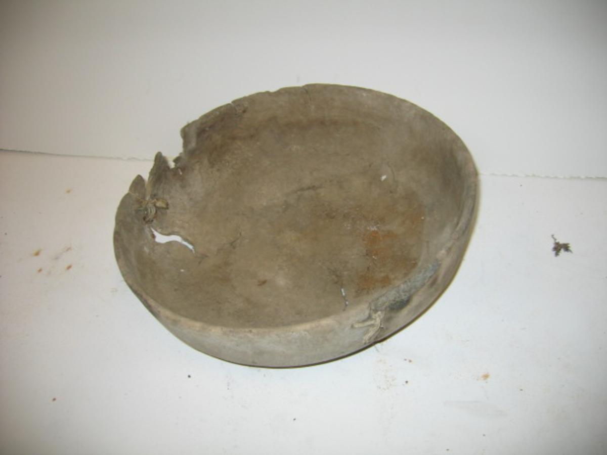 1 riskaal.  En gammel, nu noget defekt skaal svarvet av birkeri. Diameter 36,5 cm, høide 11,4 cm. Under bunden indskaaret EW.  Kjøpt av Erik E. Sperløen, Jostedalen, ved K. A. Ormbergstøl.