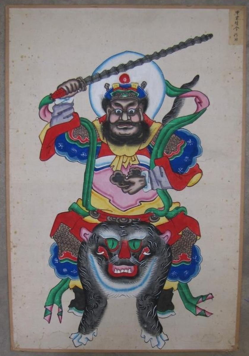 01 365: Kinesisk avgud som är målad på papp.   Kort saknas i kartoteket