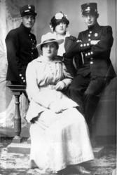 Gruppeportrett av to unge kvinner og to soldater, tatt i hel