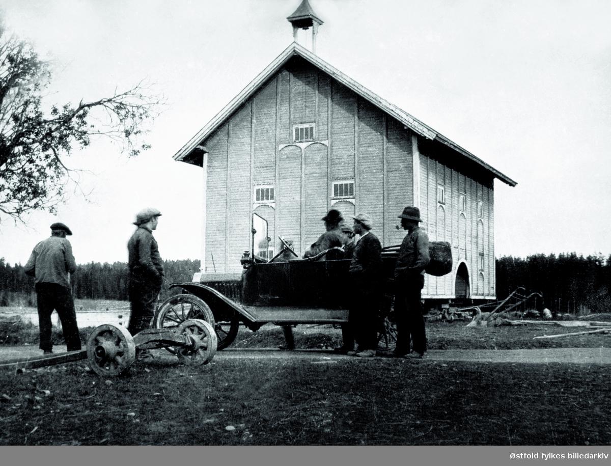 En gruppe menn samlet omkring den første bilen i Svinndal, en T-Ford tilhørende Aksel Sæby på Lunder. Ford T-modell før 1916.