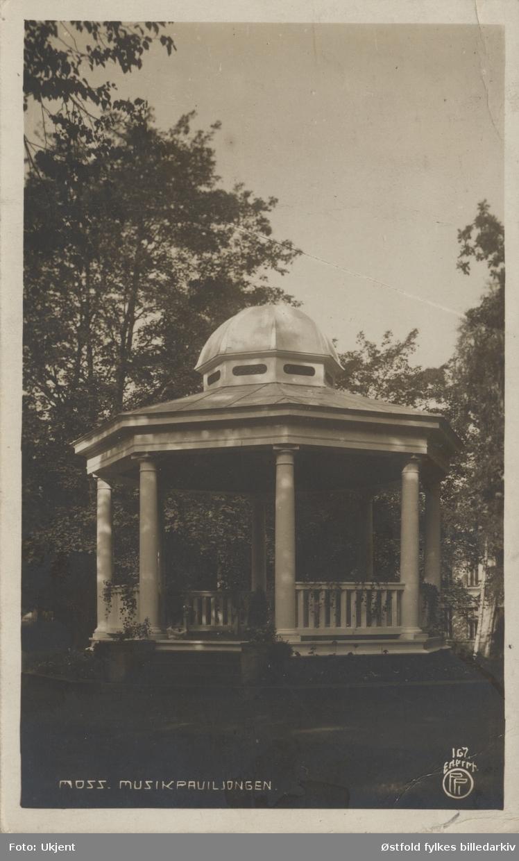 Musikkpaviljongen i Kirkeparken, Moss. Parken var tidligere gravlund som sist ble brukt i 1884. Postkort.