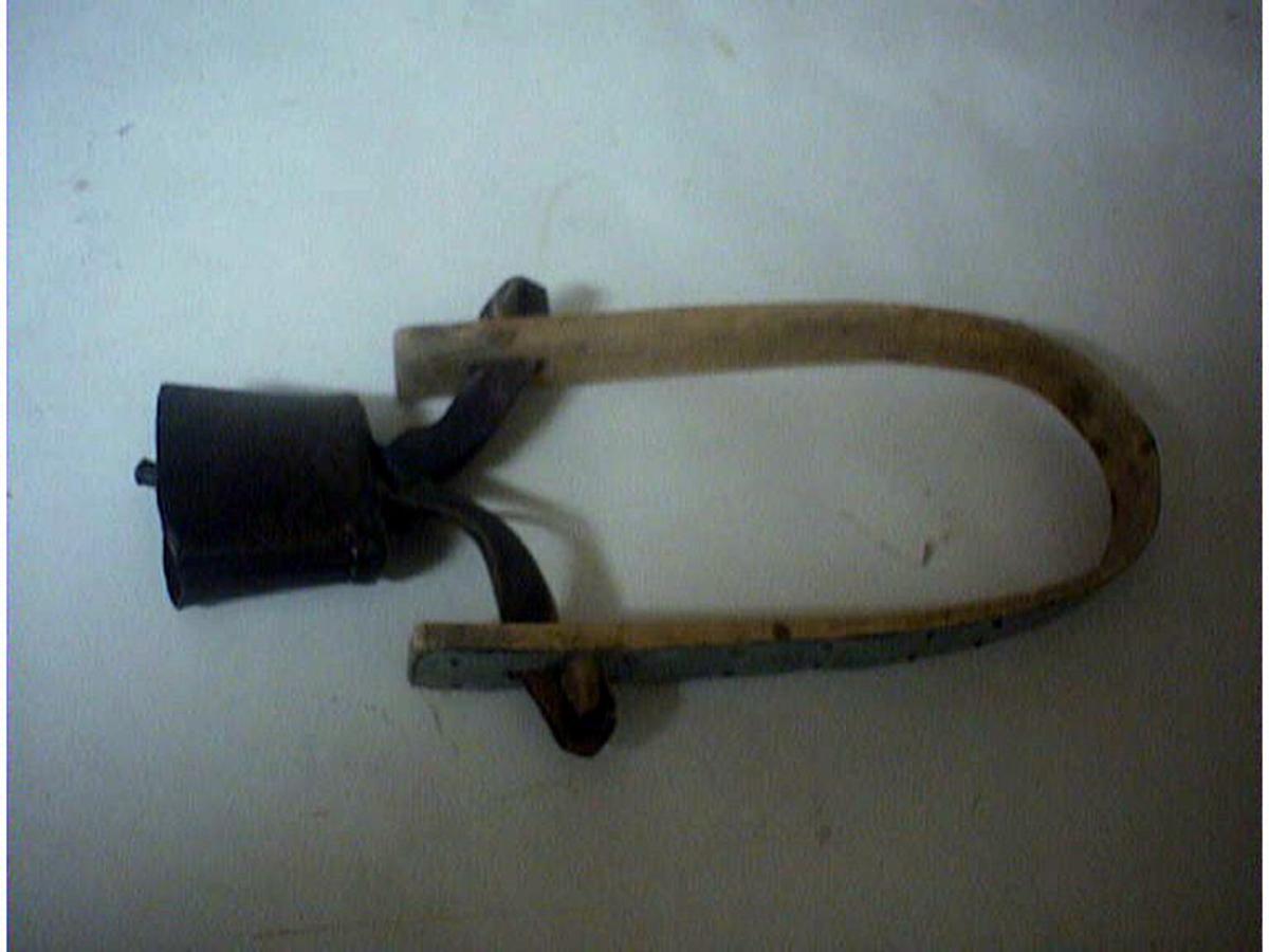 Form: Klave bøygd i U-form, tekt med sink. Bjølla heng i to lærstropper som er festa gjennom hol i kvar arm av klaven