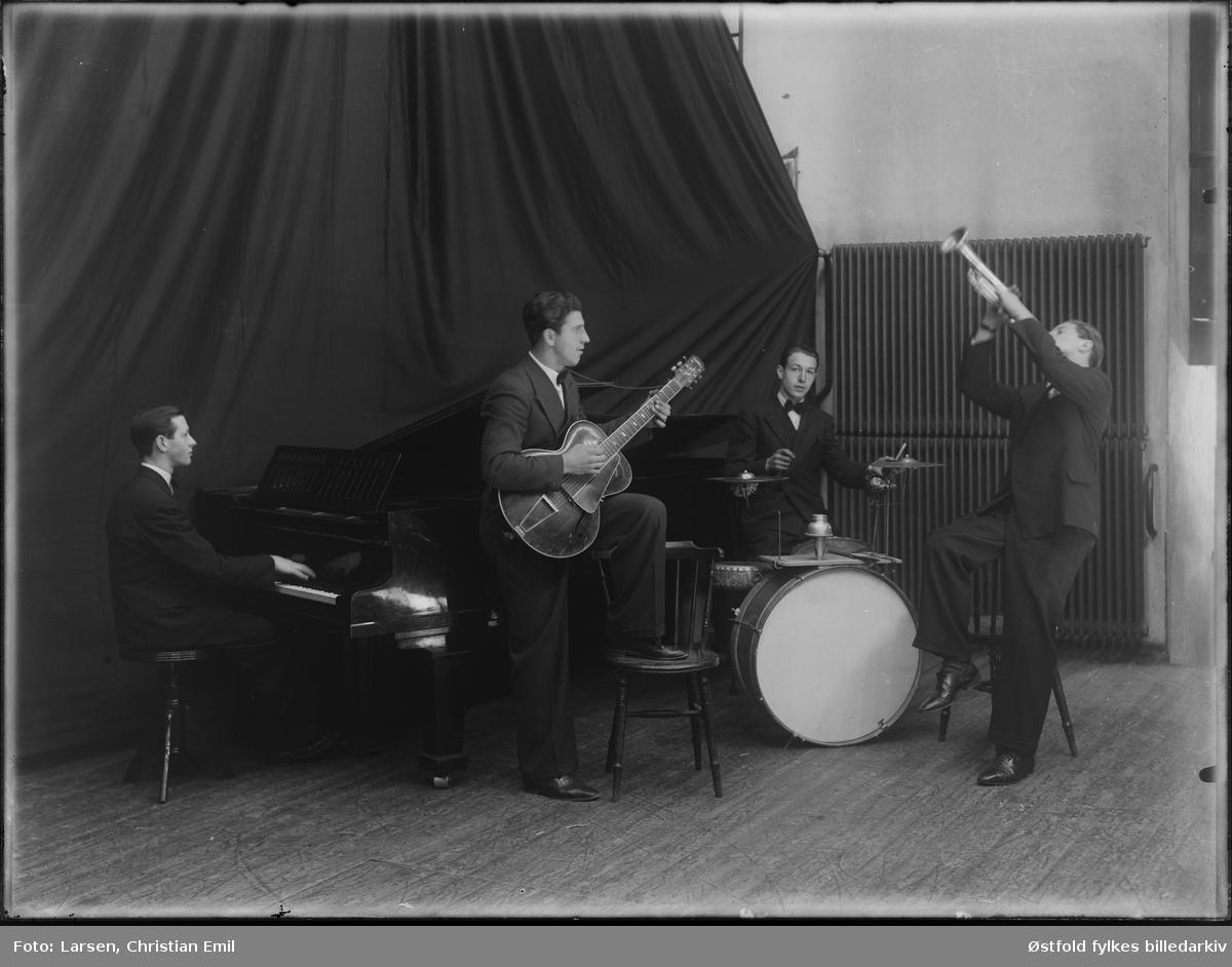 Jazzband, danseband, kvartett med  besetning flygel, trompet, gitar og trommer. Antakelig Sarpsborg-distriktet, ca. 1920-30. Ukjent scene, ukjente musikere.