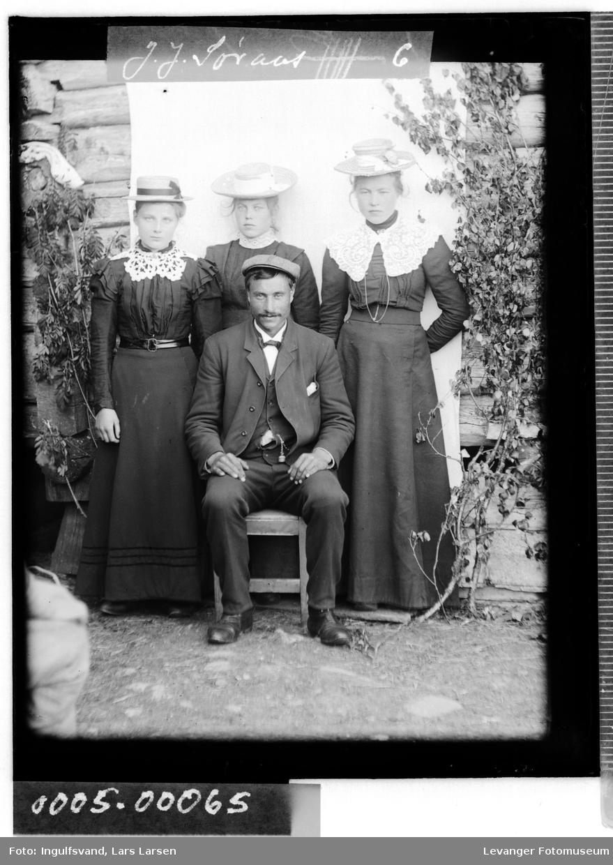 Gruppebilde av tre unge kvinner og en man.