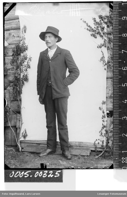 Portrett av mann iiført hatt.