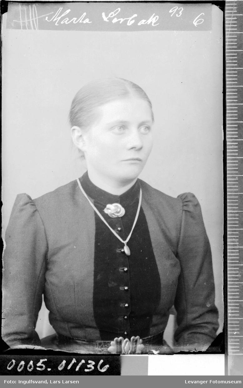 Portrett av kvinne i halvfigur.