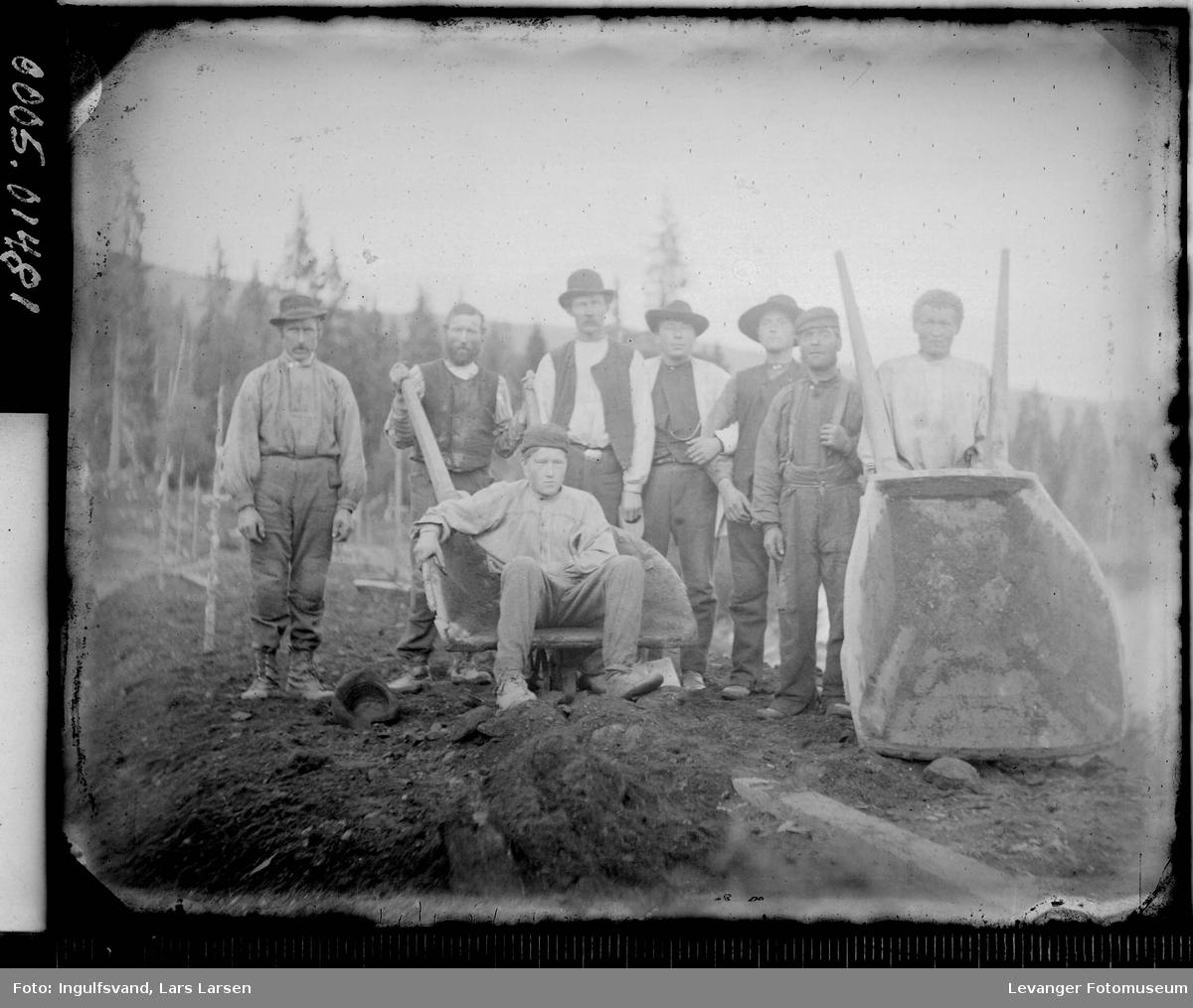 Gruppebilde av åtte vegarbeidere.