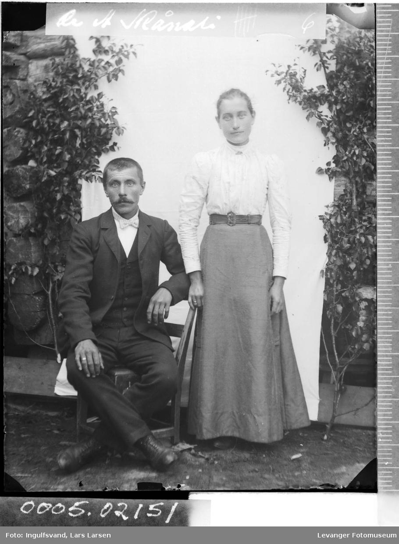 Portrett av en kvinne og en mann i helfigur.