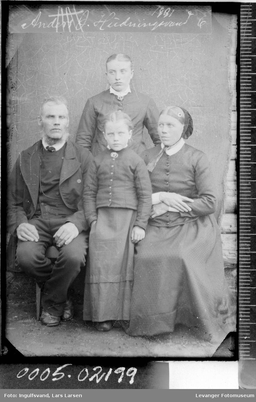 Gruppebilde av to kvinne, en mann og en jente.