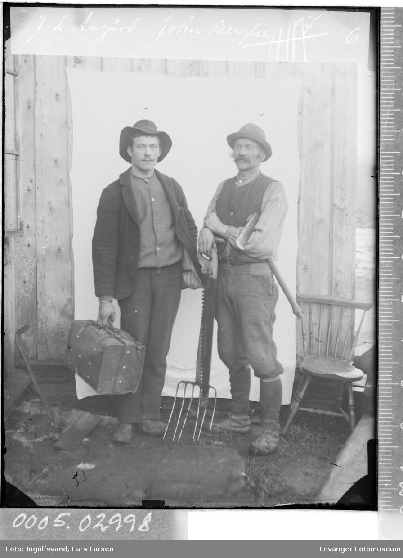Portrett av to menn med veske og redskap.