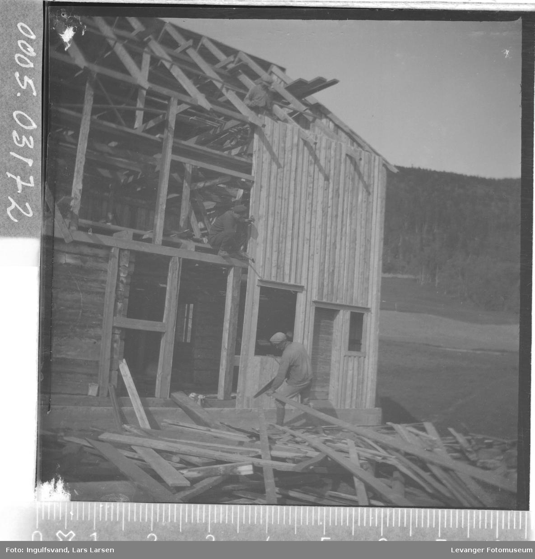 Bygging av fjøs.