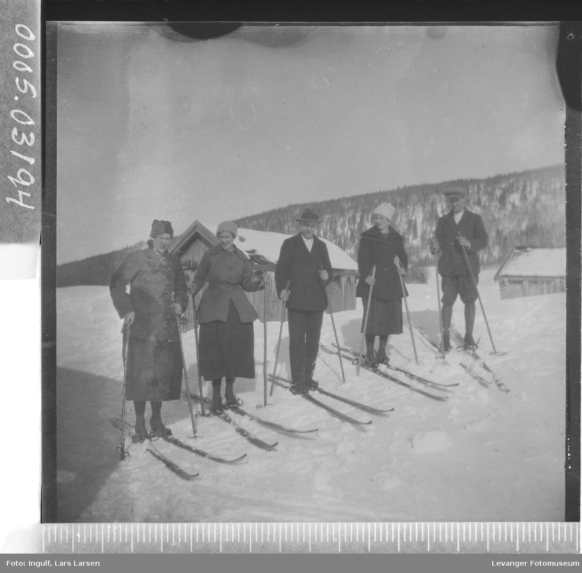 Gruppebilde av tre kvinner og to menn på ski.
