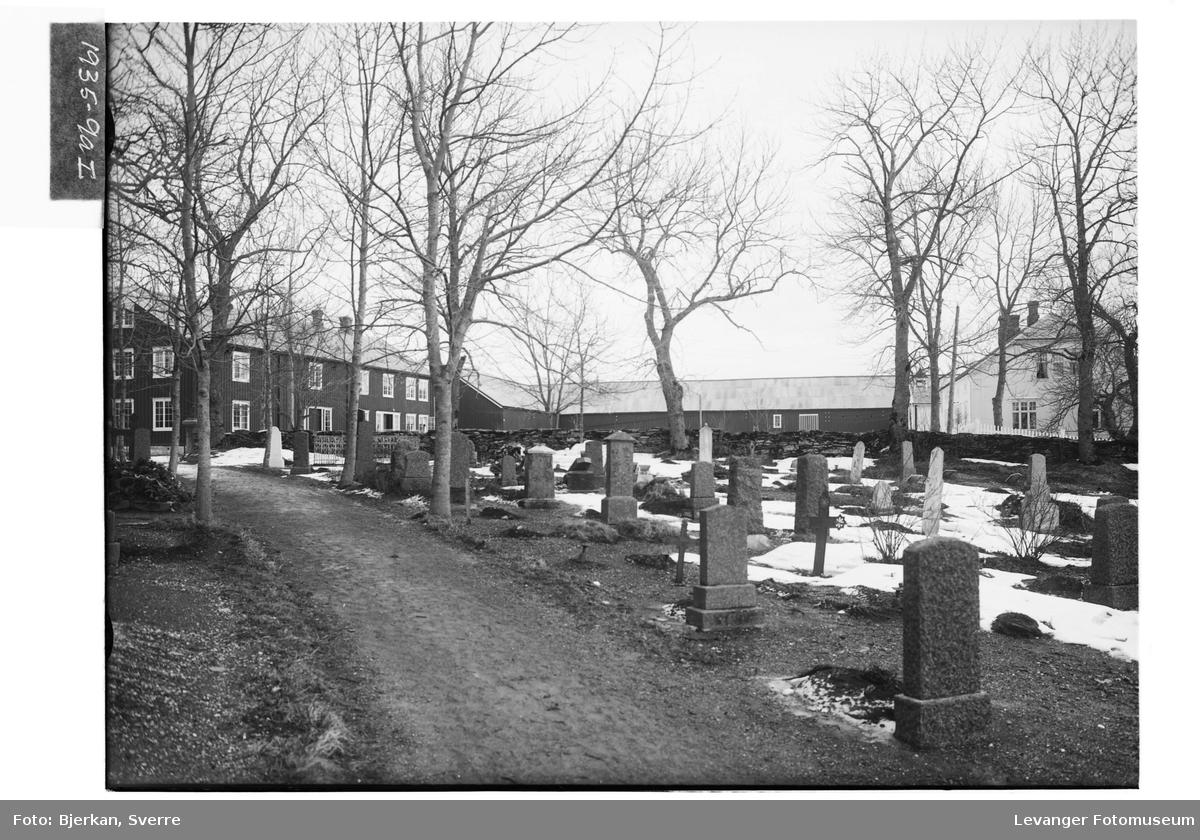 Kirkegård med prestegården i bakgrunnen