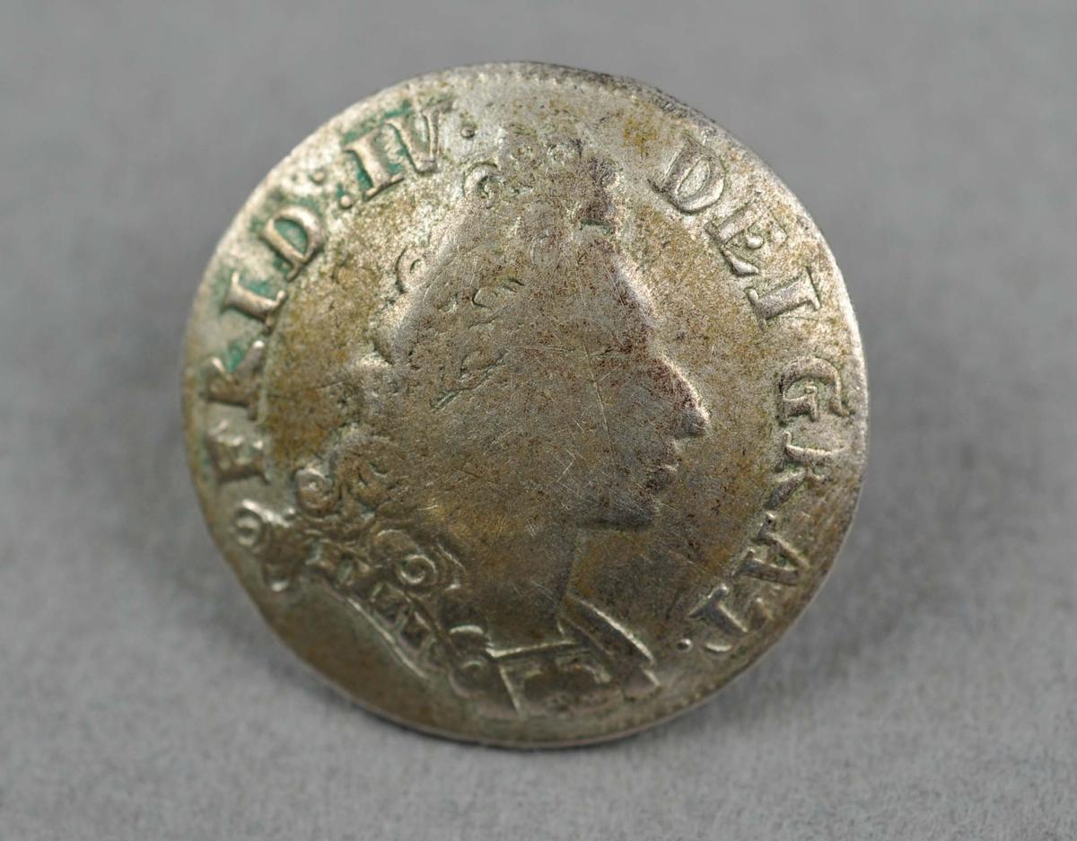 10 myntknappar. Myntar som er gjort kuvne og pålodda koparhempe. Myntane er dansk-norske 8-skillingsmyntar frå åra 1700-1729.