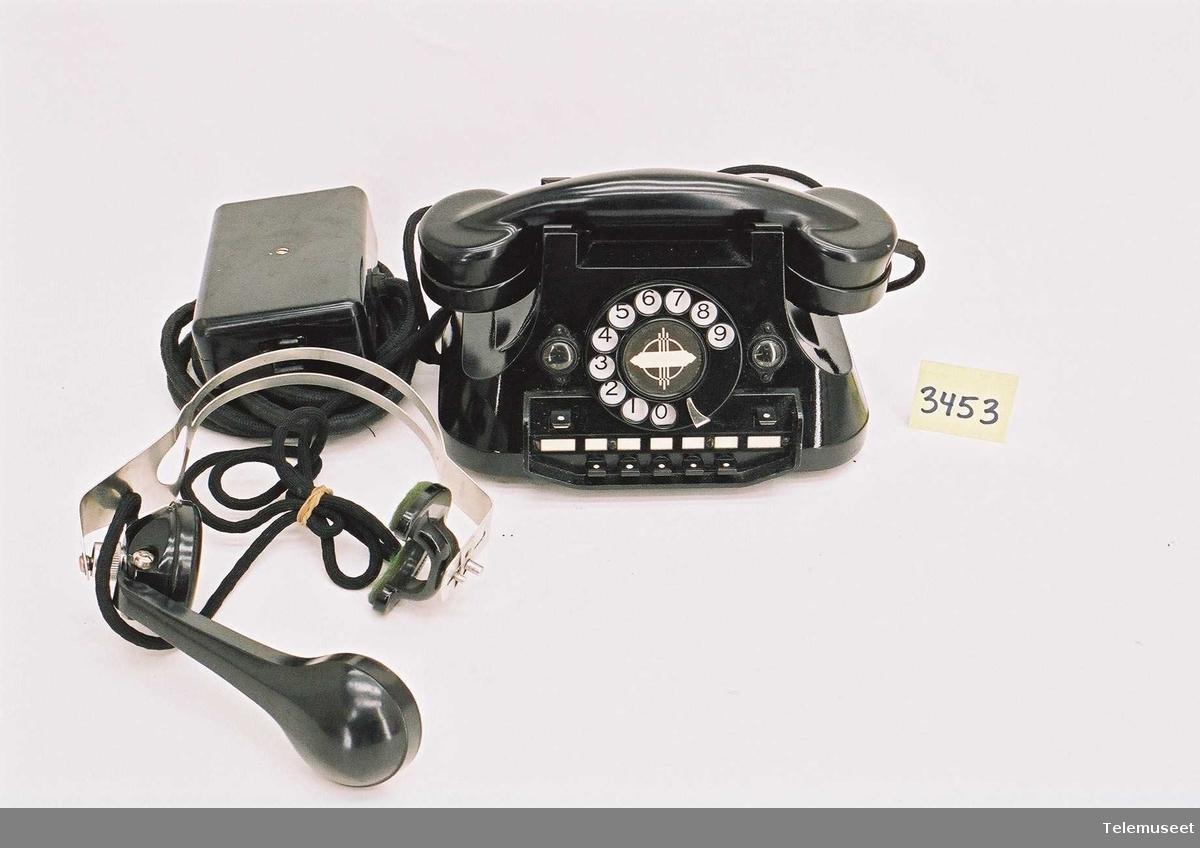 Type: OTA 6.10 - serietelefon med 2 bylinjetaster, 2 blinkere og 5 ringetaster Med ekstra hodemikrofon og Koblinsboks. Produksjonssted: Hodemik - Sverige Produsent Hodemik. LME  For 2 bylinjer og 5 apparater