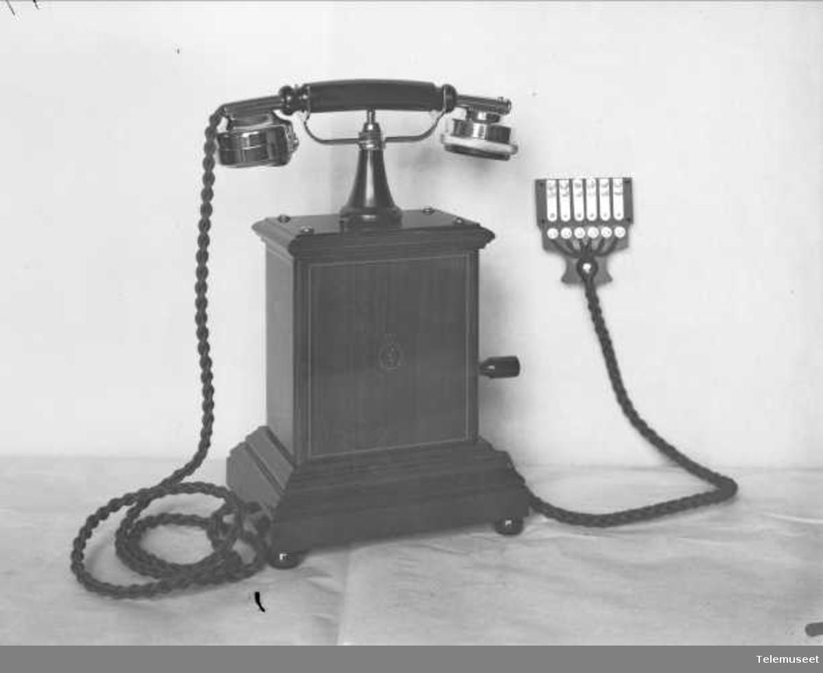 Telefon, magneto bordapparat i tre og stål, med krum mtlf. liggende, Elektrisk Bureau.