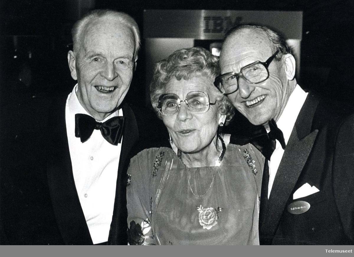 IBM - 50 år i Norge - Liv Angell (tidligere Jacobsen) ble ansatt som første kvinne og hun var en av to ansatte da hun tok jobben som sekretær i 1935. Her på IBM 50 års jubileum.