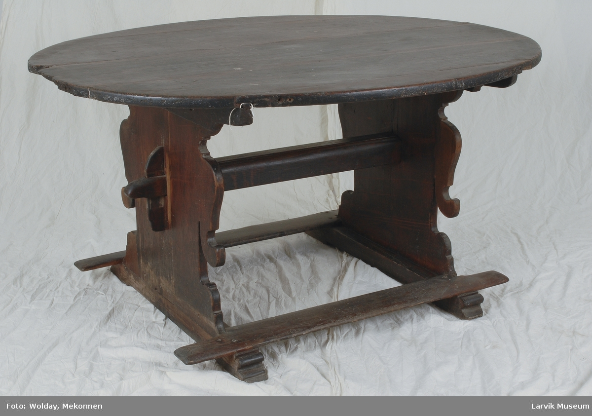 Form: oval bordplate sammensatt av 5 deler. skårete