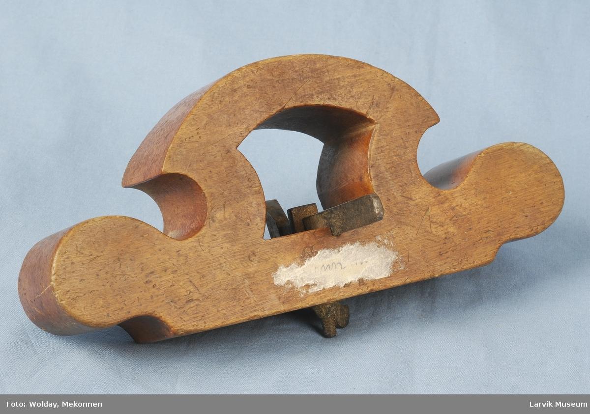 Teknikk: utskjært, tilkuttet og pusset tre, slipt støpestål festet på undersiden av høvelen med en messingmutter (vingetypen)