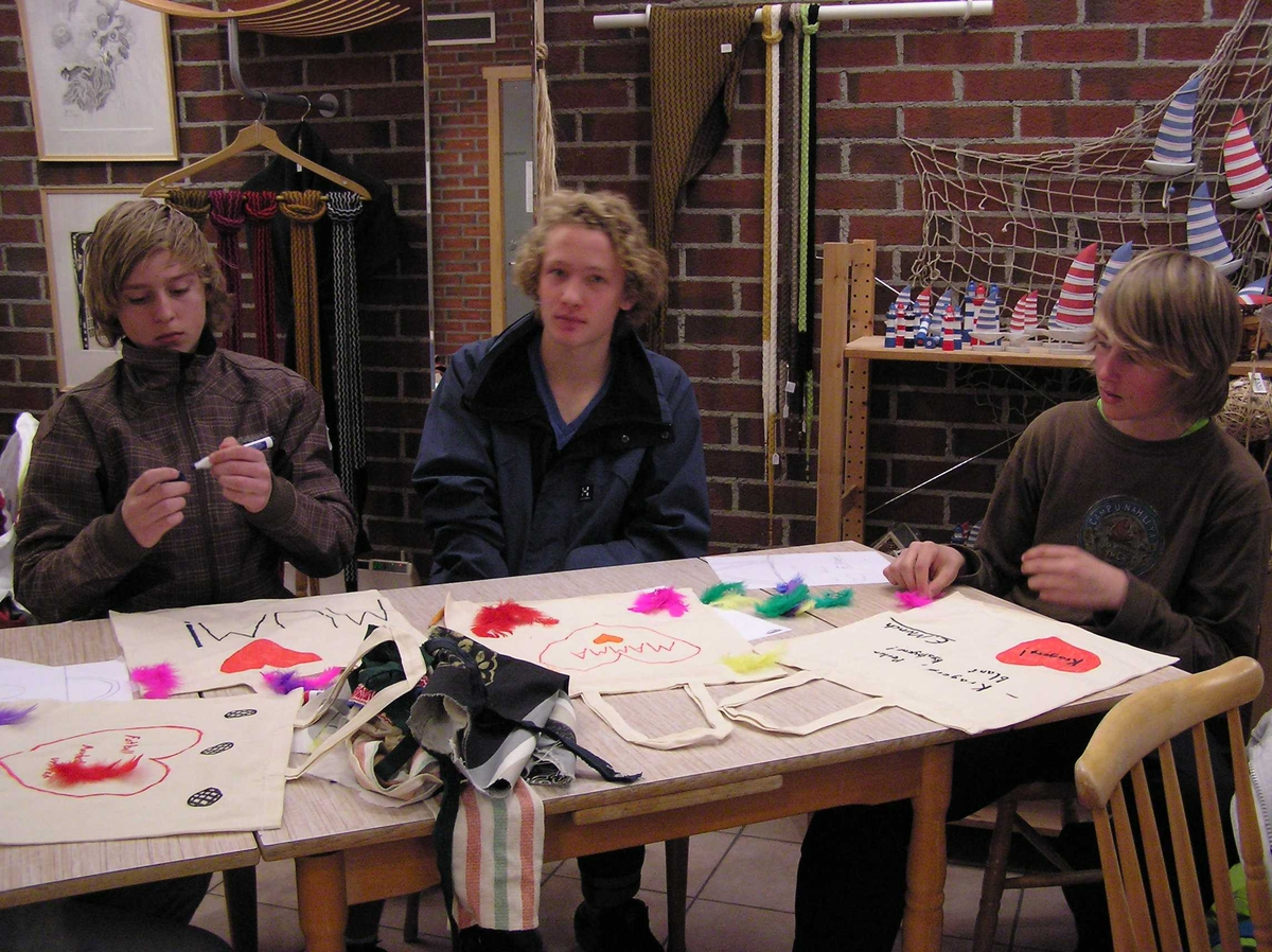 """Undervisningsopplegg """"Stygt eller Pent"""", elever fra Kragerø ungdommskole, Berg-Kragerø Museum. 26.04.2010"""