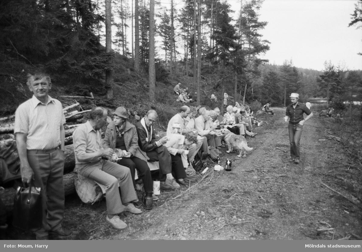 Vandring vid Mattjärn med Lindome hembygdsgille, år 1984.  För mer information om bilden se under tilläggsinformation.