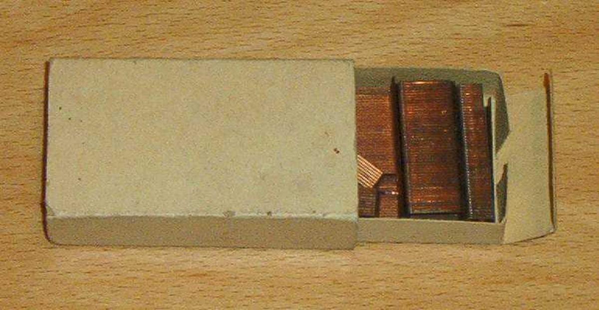 Stifter til stiftemaskin, 2 esker. Grå og beige eske. Pr. dagsdato i utstilling på rom 201, lensmannsrom.