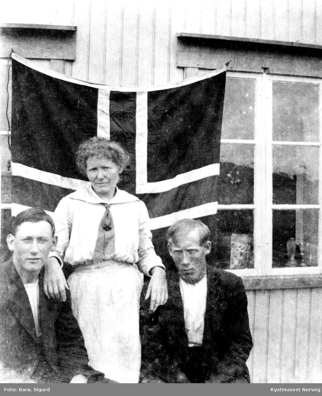 Foran flaggprydet hus.