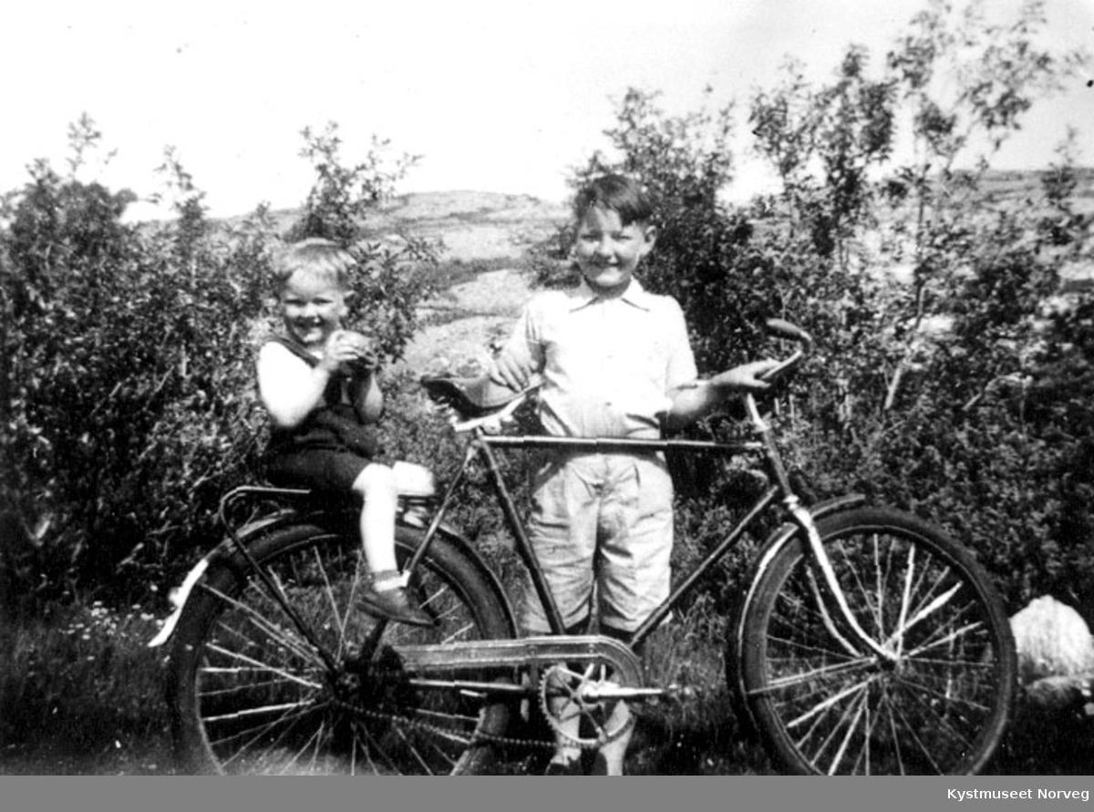 Søsken på sykkel.
