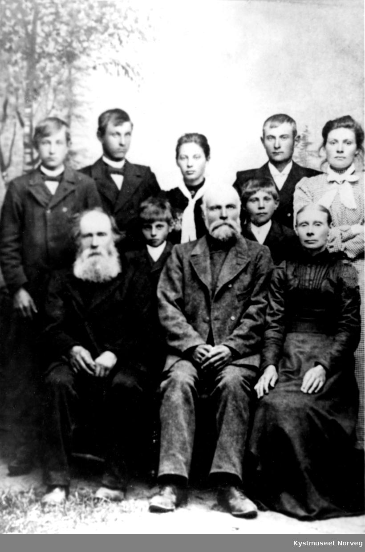 Familiebilde, første rekke fra venstre: Rasmus Madsen Settnøy, Albert Settnøy, Anna Johnsdatter. Foran i midten Aksel Aune og Harald Aune. Bak fra venstre: Peder Aune, Rolf Aune, Kristine Aune, Alfred Aune og Aletta Aune