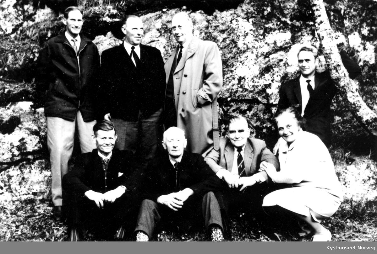 Forsamling fra Eidshaug i Nærøy kommune. Foran fra venstre: Harald Halsan, Birger Bertelsen, ukjent mann og ukjent kvinne. Bak fra venstre: Herman Walaunet, Arne Eidshaug, Halbjørn Svendsen og Erling Svendsen