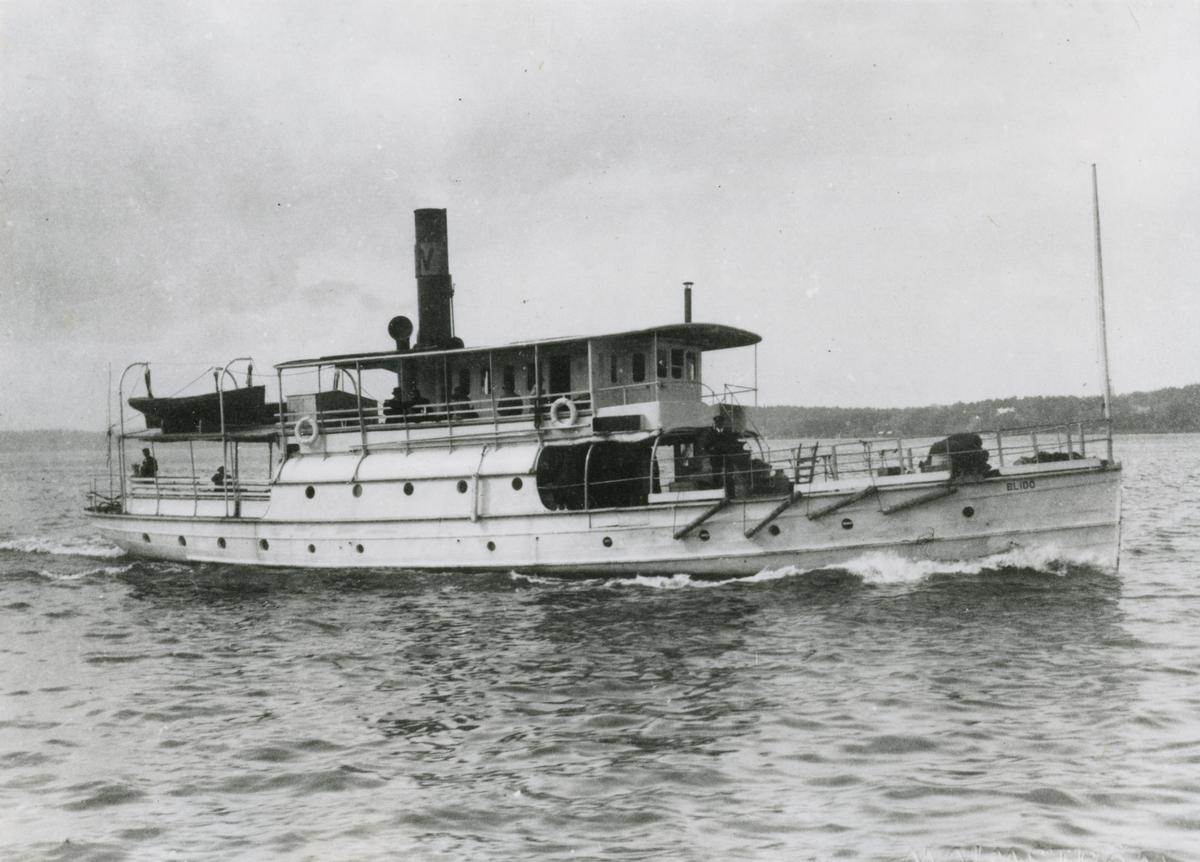 Fartyget synes utanför Hasseludden i bakgrunden Elfvik på Lidingön.