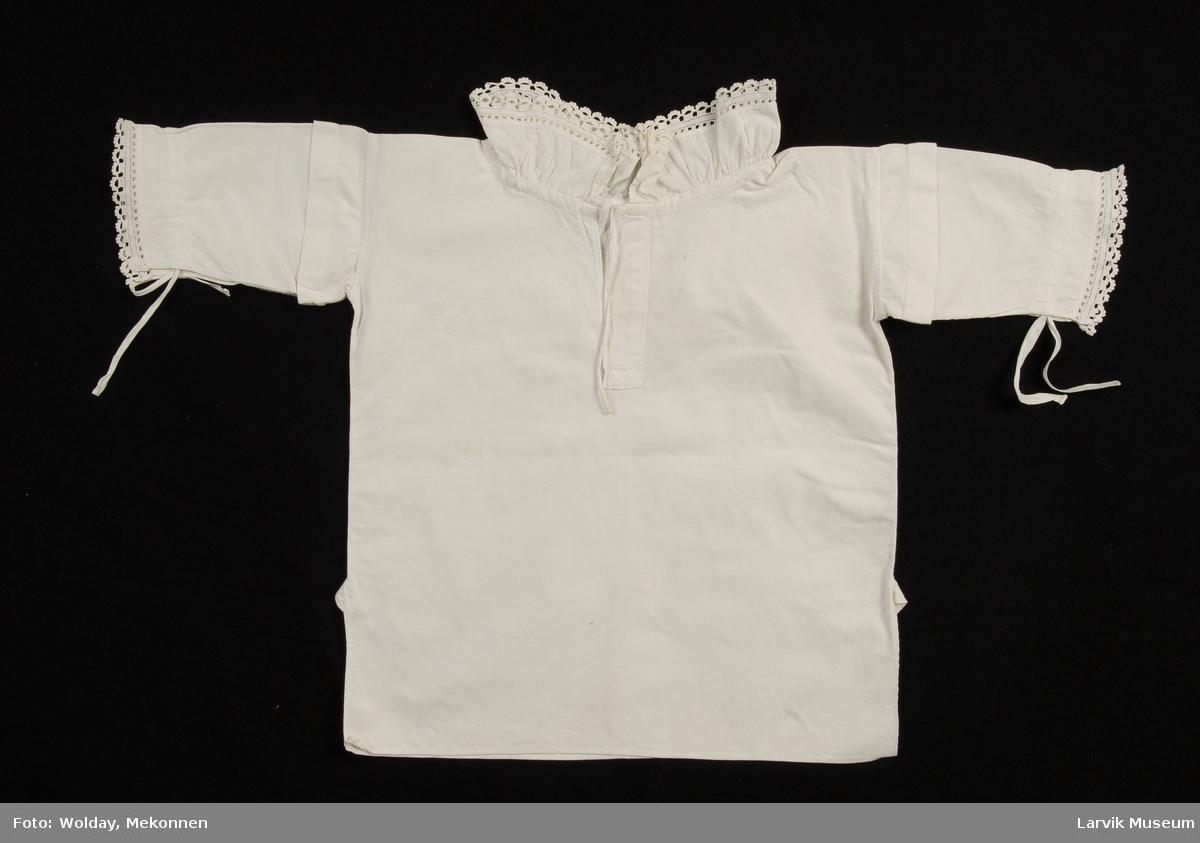 Form: Poncho, splitt i sømmen med kile,halssplitt med