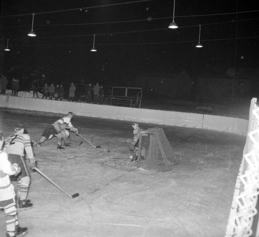 """Enligt notering: """"Ishockey 28/2 1960""""."""