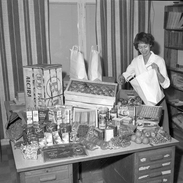 """Enligt notering: """"Fru knutsson packar julkorgar dec 1960""""."""