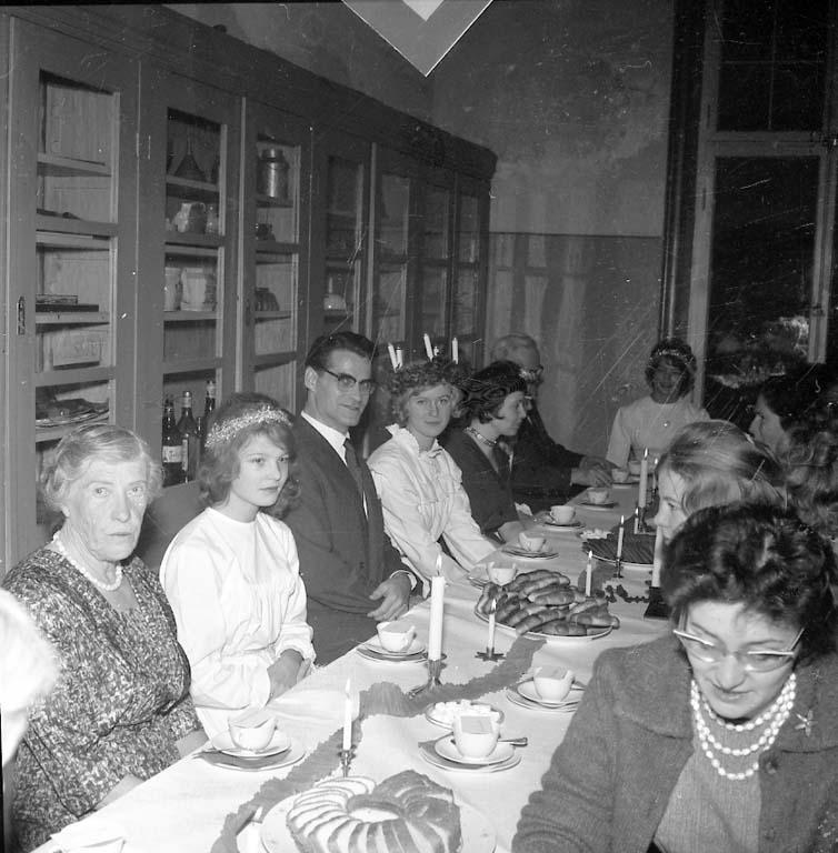 """Enligt notering: """"Luciafirande i Uddevalla dec 1960""""."""