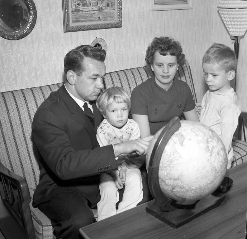 Tidningen Bohusläningens guldmedalj för 1960 års bästa idrottsprestatation fick brottaren Hasse Antonsson, Uddevalla IS. Här i hemmet tillsammans med familjen