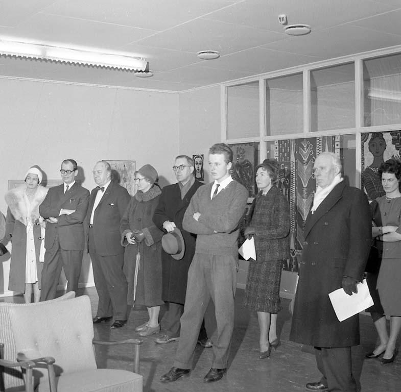 Vernissagebesökare på utställning med verk av Alice och Nils Wedel, Uddevalla januari 1961