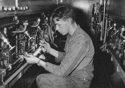 Smörjning av dieselmotorerna på ubåten Sjöormen.