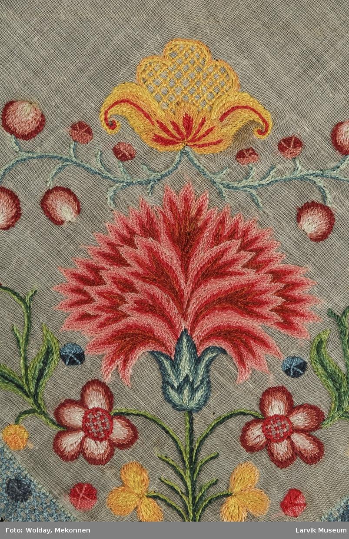 påbrodert mangefarvet blomsterranke sjatt/kontst