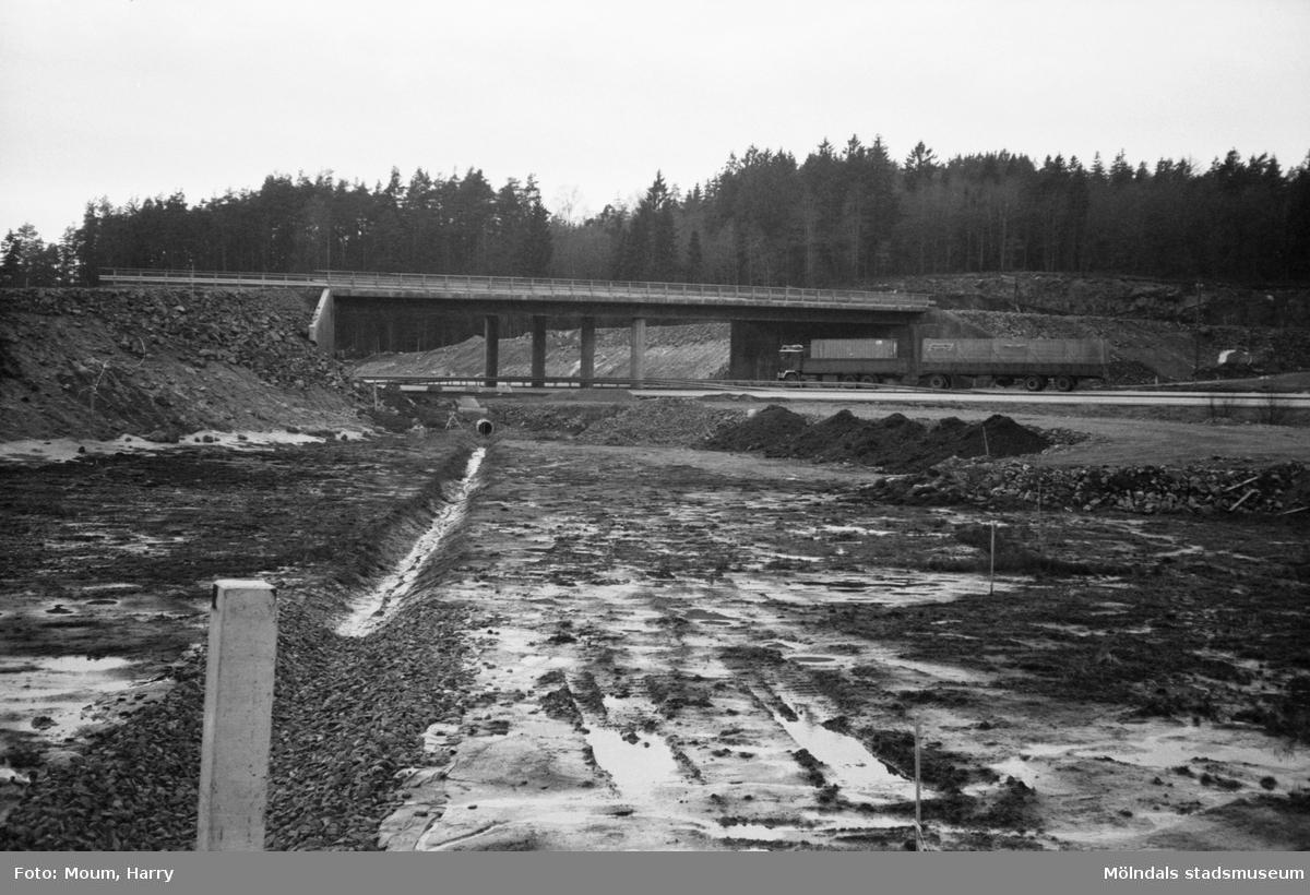Byggandet av Torrekullamotet i Kållered, år 1983.  För mer information om bilden se under tilläggsinformation.