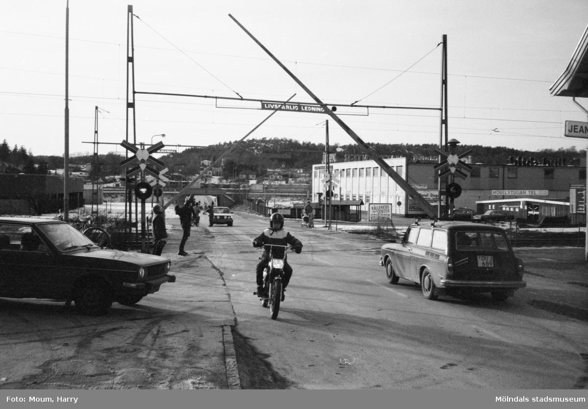 Farlig järnvägsövergång vid Labackavägen i Kållereds centrum, år 1983.  För mer information om bilden se under tilläggsinformation.