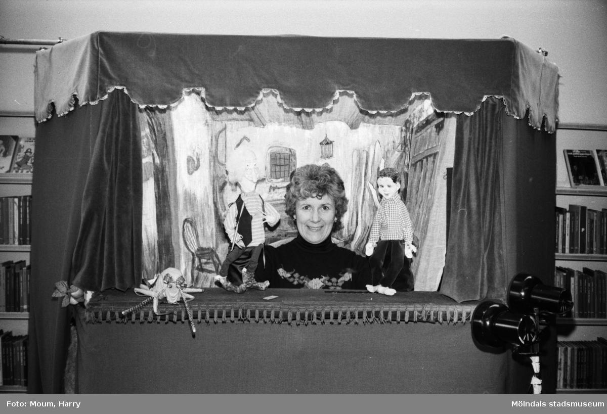 """Dockteaterföreställning i Kållereds bibliotek, år 1983. """"Ulla Christina Börjesson och hennes dockor roade barn i Kållered.""""  För mer information om bilden se under tilläggsinformation."""