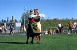 En stor grupp bilder på dansare och publik vid Timråsvängen,