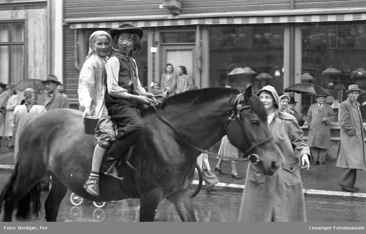 Barnas dag, Levanger, jente og gutt utkledd som rom, reisende eller tater  rir på en hest.