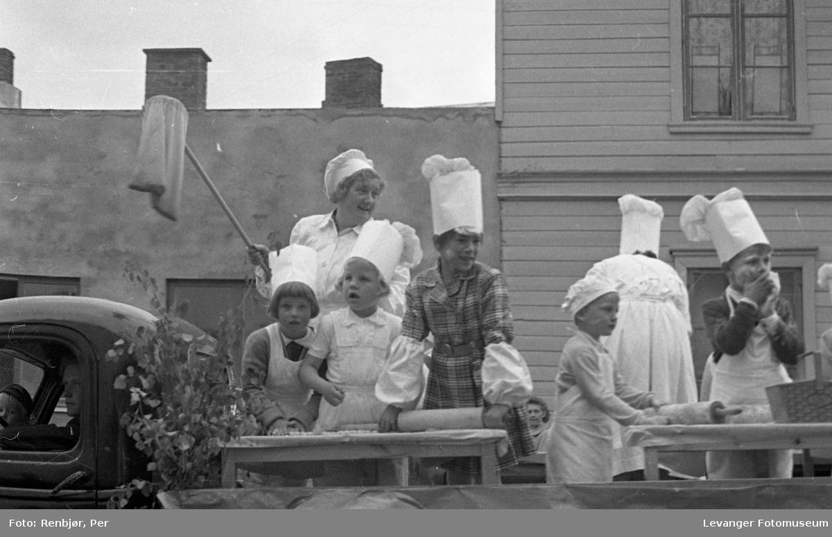 Barnas dag, Levanger, barn utkledde som bakere.