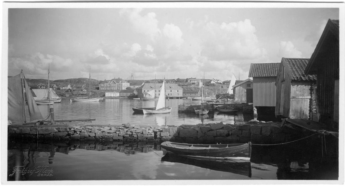 'Från restaurangen åt öster. Vy med båtar och hus. Segelbåt, eka. ::  :: Serie fotonr 1888-1963.'