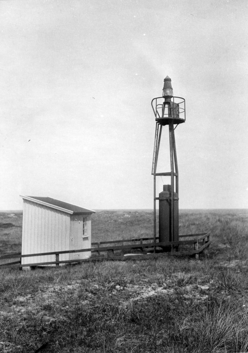 'Akka-expeditionen sommaren 1931: ::  :: Vy med Syroddes fyr på öppen gräsmark. ::  :: Ingår i serie med fotonr. 2182-2234.'