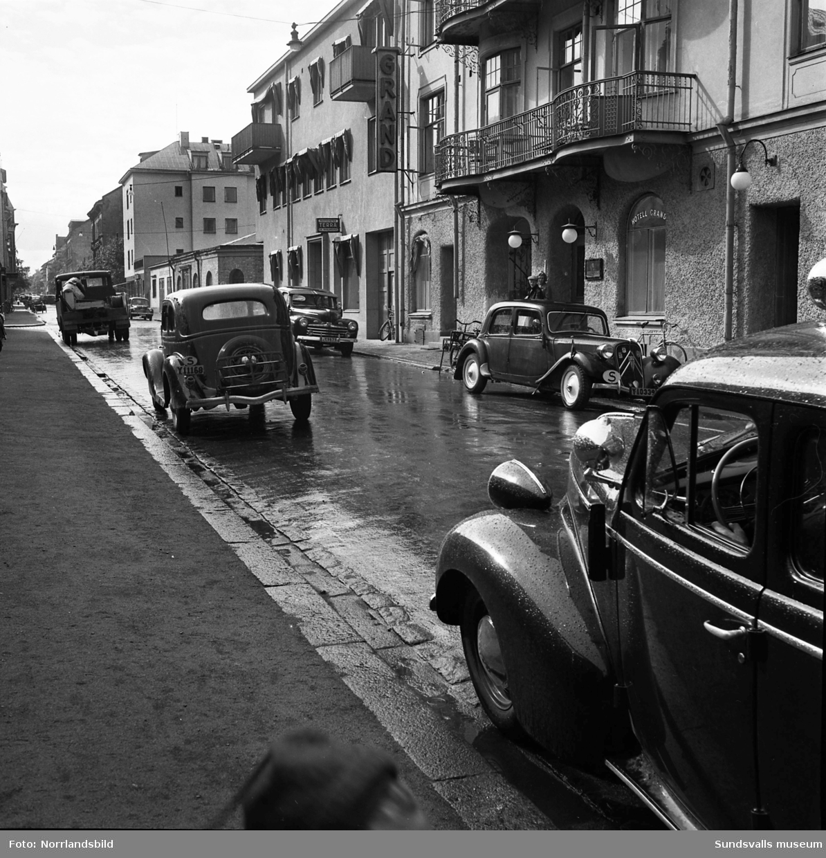 Gatubilder från kvarteren kring korsningen Trädgårdsgatan-Tullgatan 1950. Bilderna illustrerar trafikproblem till följd av allt fler fordon i staden. Bland annat syns numera rivna Hotell Grand vid Trädgårdsgatan 4.